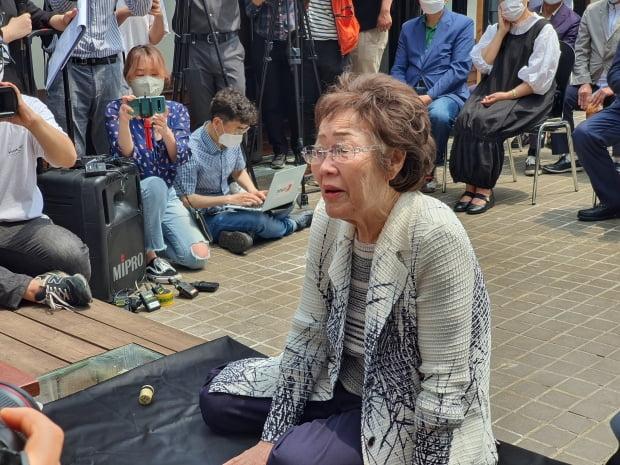 6일 대구 중구 희움 일본군 위안부 역사관에서 열린 '대구·경북 일본군 위안부 피해자 추모의 날' 행사에서 추모식에 참석한 이용수 할머니가 먼저 떠난 할머니들을 떠올리며 말하고 있다. 사진=연합뉴스