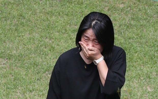 마포 쉼터서 눈물 흘리는 윤미향 의원. 사진=연합뉴스