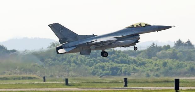 지난 9일 오후 충남 서산 공군 제20전투비행단에서 열린 '지능형 스마트 부대 시연 행사'에서 KF-16이 이륙하고 있다. 사진=연합뉴스