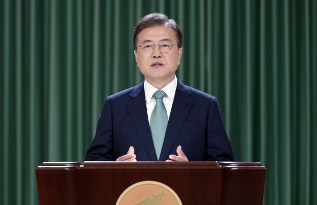 문재인 대통령이 15일 청와대 충무실에서 '6.15 남북공동선언' 20주년 기념식 축사를 영상을 통해 전하고 있다.  /연합뉴스