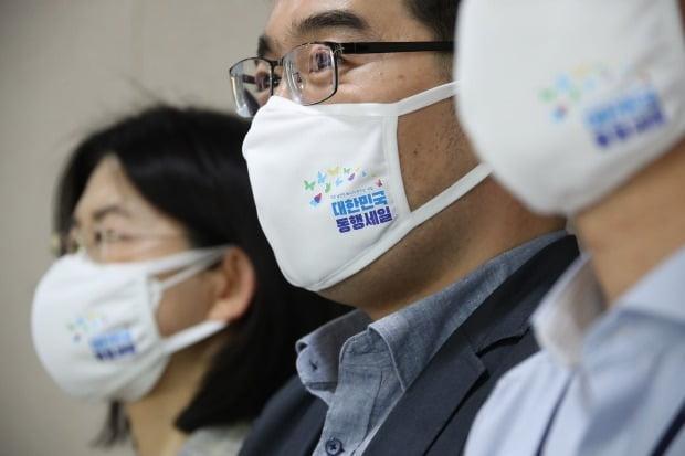 지난 17일 '대한민국 동행세일' 추진계획 발표 당시 중소벤처기업부 직원들이 홍보용으로 만든 '대한민국 동행세일' 대표 이미지가 새겨진 마스크를 착용하고 있다. /사진=연합뉴스