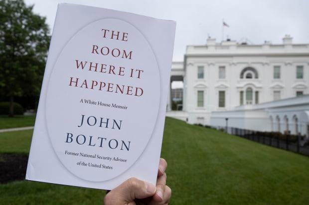 백악관 배경으로 촬영된 볼턴 회고록 표지. 사진=AP연합뉴스