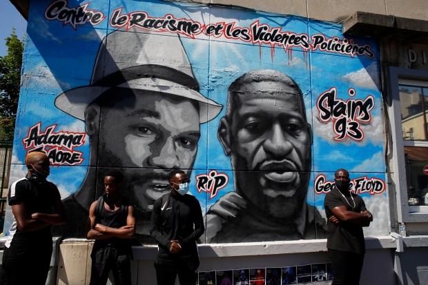 프랑스 파리에 그려진 아다마 트라오레와 조지 플로이드의 벽화 앞에서 열린 집회에 흑인들이 참석하고 있다. 트레오레와 플로이드는 경찰의 과도한 물리력으로 사망한 흑인들이다. AP연합뉴스