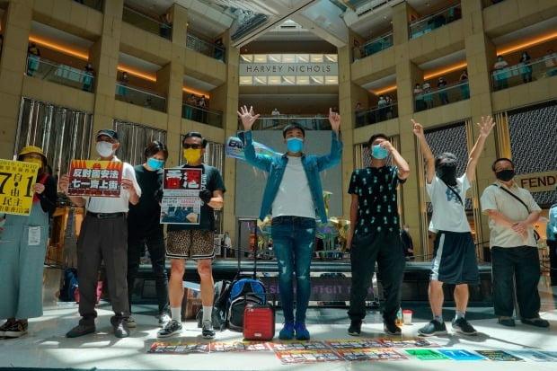 홍콩 민주화 시위대가 30일 센트럴 지역의 쇼핑몰에서 중국 전인대 상무위원회의 홍콩 국가보안법 통과에 항의하는 시위를 벌이고 있다.  AP연합뉴스