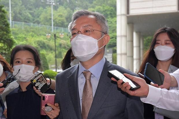 최강욱 열린민주당 대표가 2일 국회의원 신분으로는 처음으로 재판에 출석한 뒤 서울중앙지법을 나서고 있다. 사진=뉴스1