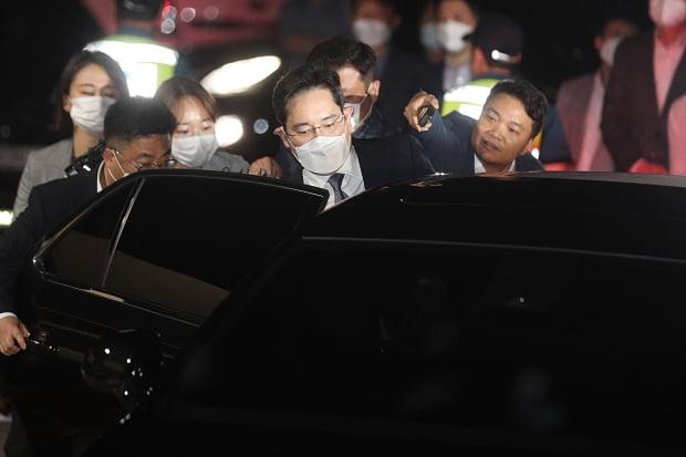 구속영장이 기각된 이재용 삼성전자 부회장이 9일 새벽 경기 의왕시 서울구치소에서 귀가하고 있다. 사진=뉴스1