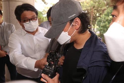 9살 의붓딸을 학대한 계부(35)가 15일 오전 영장실질심사(구속 전 피의자 심문)를 받기 위해 경남 창원지방법원 밀양지원으로 출석하고 있다.사진=뉴스1