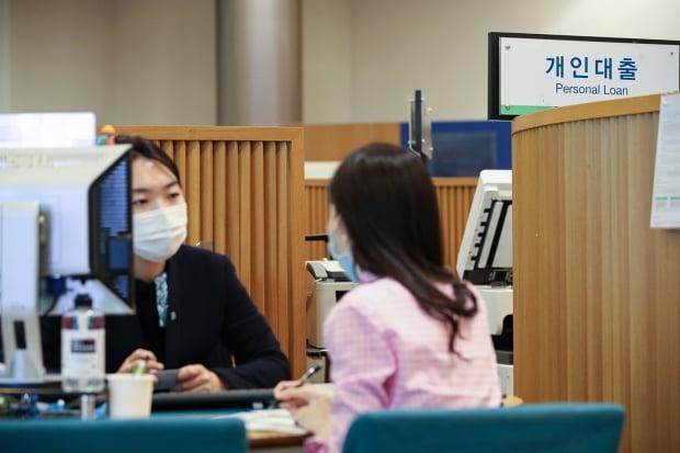 서울시내 한 시중은행 영업점 대출 창구에서 고객이 상담을 받고 있다. /사진=뉴스1