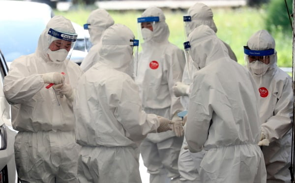 대전지역 방문판매 업체 관련 신종 코로나 바이러스 감염증(코로나19) 확진자가 24명으로 늘어난 가운데 19일 오후 대전 유성구 코로나19 선별진료소에서 의료진이 분주한 모습을 보이고 있다. 사진=뉴스1