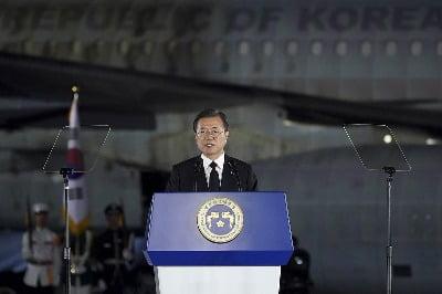 문재인 대통령이 25일 경기 성남 서울공항에서 열린 6.25전쟁 70주년 행사에 참석해 기념사를 하고 있다.(청와대 제공) 사진=뉴스1