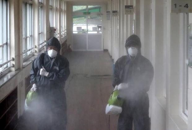 30일 오전 학생 신종 코로나바이러스 감염증(코로나19) 확진자가 발생한 대전 동구 천동초등학교에서 방역관계자들이 방역을 하고 있다. 사진=뉴스1