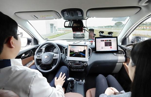 현대모비스가 세계 자동차 부품업계 7위에 올랐다. 사진은 현대모비스와 KT가 5G를 이용한 자율주행을 시연하는 모습. 사진=KT
