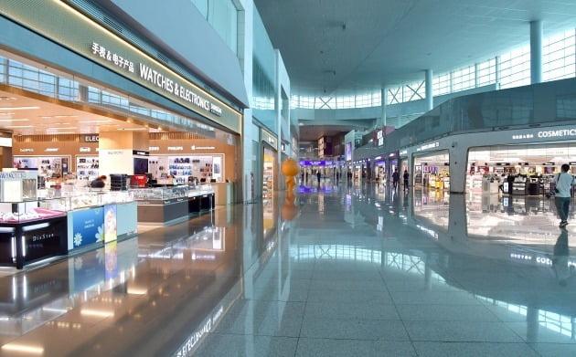 31일 면세업계에 따르면 인국공은 다음달 중으로 제4기 면세점 사업자 재입찰 공고를 낼 계획이다.  인천공항 2터미널이 한산한 모습이다. 사진=한국경제신문 DB