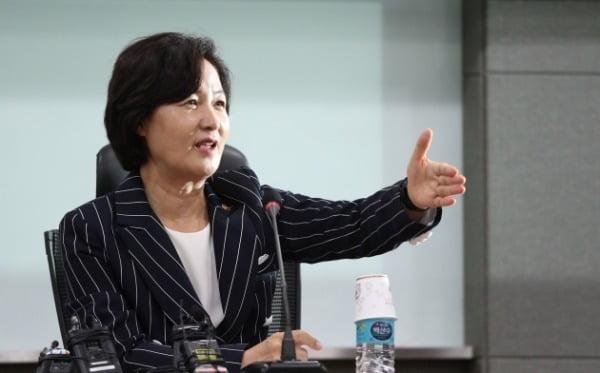 추미애 법무부 장관이 지난 25일 서울 여의도 국회 의원회관에서 열린 초선의원 혁신포럼 '슬기로운 의원생활'에서 강연을 하고 있다. /사진=뉴스1
