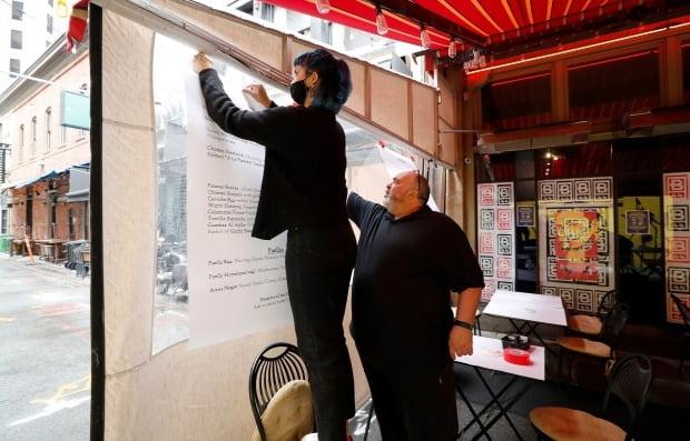 미국 캘리포니아주 샌프란시스코의 한 주점이 식당 운영 재개를 위해 메뉴판을 정돈하고 있다. 사진=EPA 연합뉴스