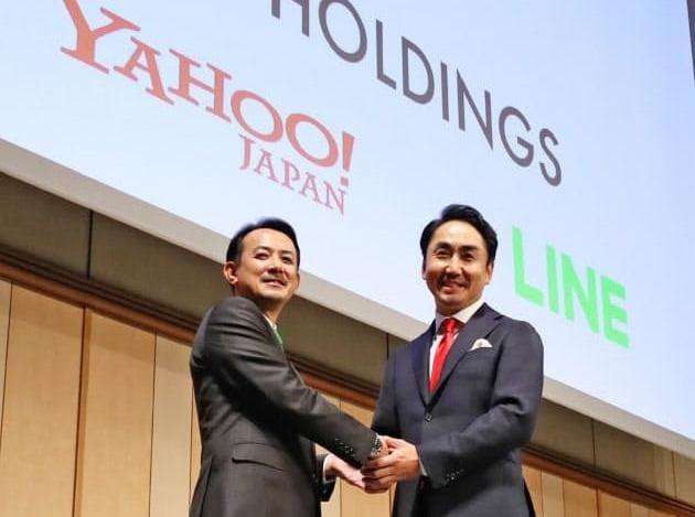 작년 11월 경영통합을 발표하는 기자회견에서 가와베 겐타로 Z홀딩스 사장과 이데자와 다케시 라인 사장이 악수하고 있다.(사진=니혼게이자이신문)