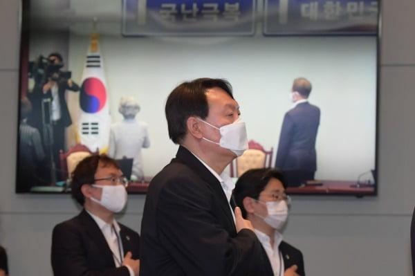 윤석열 검찰총장이 지난 22일 청와대에서 열린 제6차 공정사회 반부패정책협의회에 참석, 국민의례를 하고 있다. /사진=청와대 사진기자단