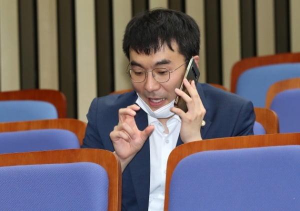 김남국 더불어민주당 의원이 지난달 26일 서울 여의도 국회에서 열린 의원총회에 참석해 전화 통화를 하고 있다. /사진=뉴스1