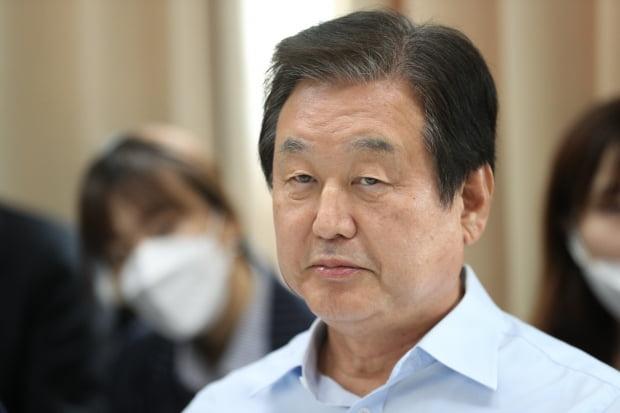 """김무성 전 미래통합당 의원은 1일 """"문재인 대통령은 8번째로 실패한 대한민국 대통령으로 역사에 기록될 것""""이라고 언급했다. [사진=뉴스1]"""