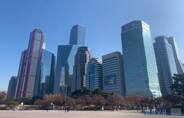 서울 여의도 일대의 오피스 빌딩 밀집지역.