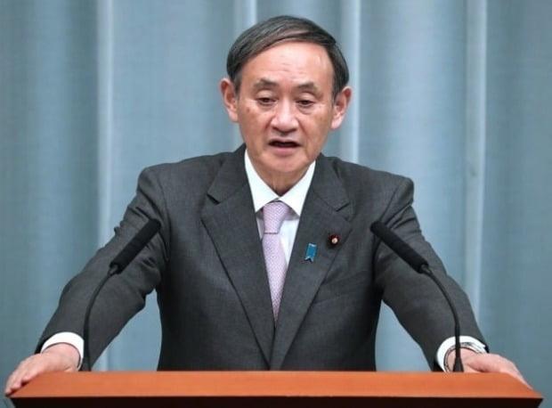 스가 요시히데 일본 관방장관이 신종 코로나바이러스 감염증(코로나19) 재확산 추세와 관련, 최악의 경우 긴급사태를 다시 선포할 수 있다고 밝혔다./사진=EPA