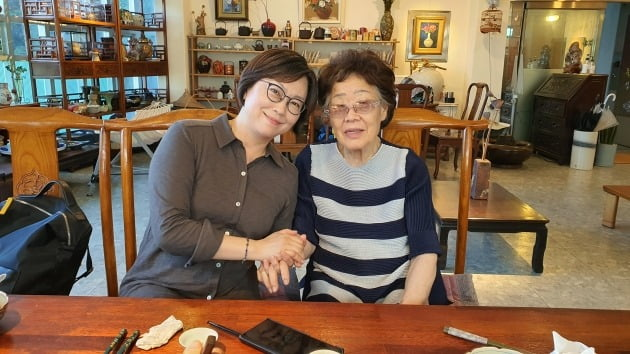 지난달 26일 오후 대구시 남구 한 카페에서 이용수 할머니(오른쪽)와 이나영 정의기억연대 이사장이 만나는 모습. 2020.6.26 [사진=이용수 할머니 측근 제공]