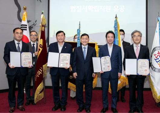 에스원이 법질서확립지원 유공 대통령 표창을 수상했다. 맨 왼쪽은 노희찬 삼성에스원 사장, 가운데는 강호성 법무부 범죄예방정책국장.    에스원 제공