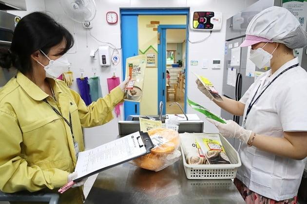 성동구청 직원들이 관내 어린이집에서 급식 재료들의 원산지와 보존기한을 확인하는 모습. 사진은 기사 내용과 직접적인 연관 없음. 2020.6.29 [사진=연합뉴스]