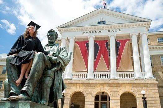 미국 위스콘신대학 졸업생이 본관 앞 링컨 동상에 앉아 기념 사진을 찍고 있다. /사진=위스콘신대학 매거진