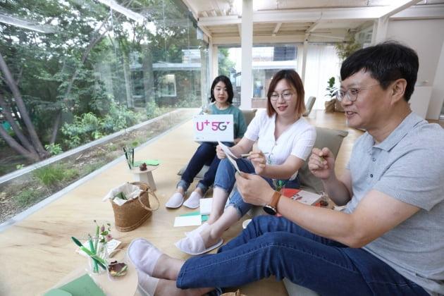 박치헌 LG유플러스 전략기획담당  상무(오른쪽)가 신입사원 멘토들과 서울 성수동에서 MZ세대가 찾는 문화공간을 체험하고 있다. LG유플러스는 5월 말부터 두달간 신입사원들이 임원들에게 MZ세대의 문화와 가치관을 소개하는 '리버스멘토링' 프로그램을 운영 중이라고 2일 밝혔다. LG유플러스 제공