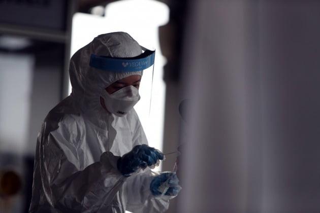 2일 오전 광주 북구보건소 선별진료소에서 의료진이 신종 코로나바이러스 감염증(코로나19) 검사를 하고 있다. 광주에서는 지역사회 감염 확산으로 연일 코로나19 확진자가 나오고 있다. 2020.7.2 [사진=연합뉴스]