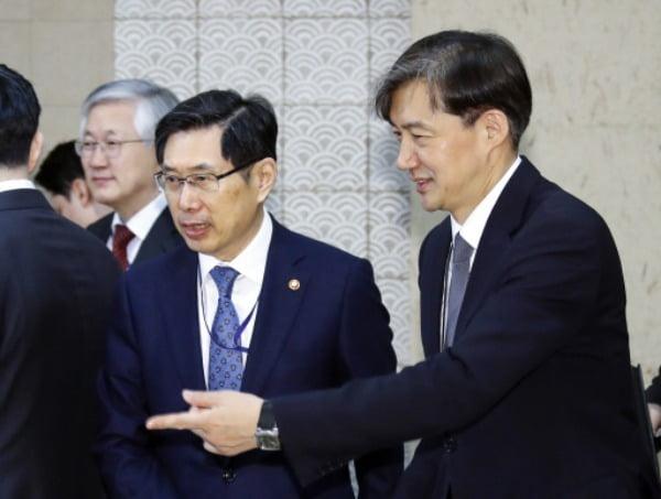 박상기 전 법무부 장관과 조국 전 법무부 장관(왼쪽부터) /사진=연합뉴스