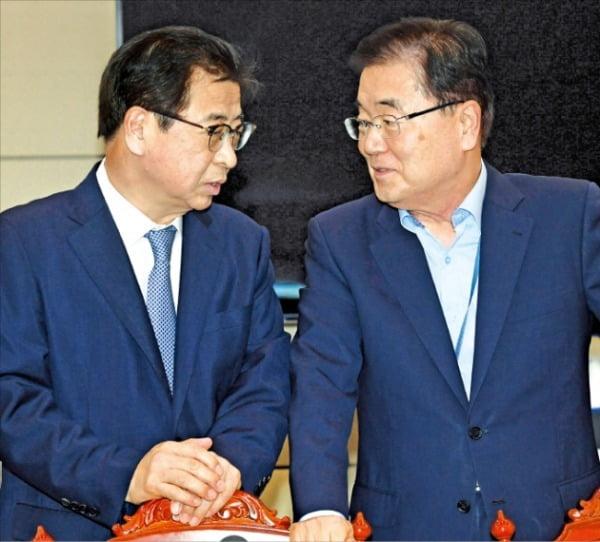정의용 국가안보실장(오른쪽)과 서훈 국가정보원장 /사진=허문찬 기자 sweat@hankyung.com