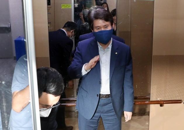 통일부 장관으로 거론되고 있는 이인영 더불어민주당 의원이 1일 서울 여의도 국회 의원회관 의원실을 나서고 있다. /사진=뉴스1