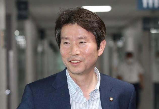 통일부 장관에 내정된 더불어민주당 이인영 의원이 3일 오후 서울 여의도 국회의원회관 의원실을 나서고 있다. 2020.7.3 [사진=연합뉴스]