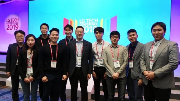 구광모 LG그룹 회장(오른쪽 다섯번째)이 2019년 4월 미국 샌프란시스코에서 열린 'LG 테크 콘퍼런스'에 참석해 미주지역에서 유학 중인 석·박사 과정 연구개발 인재들과 만났다. 한경DB
