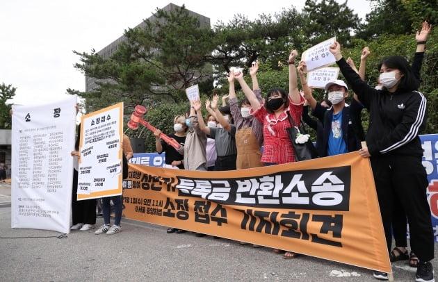 지난 1일 서울 서초구 서울중앙지방법원 앞에서 열린 전국 42개 대학 3500명 대학생 등록금 반환 집단 소송 선포 기자회견을 하고 있다. /사진=연합뉴스