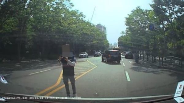 3일 청와대 국민청원에 글을 올린 청원인이 첨부한 블랙박스 영상. 청원인은 해당 택시기사가 사고를 처리하고 가야 한다며 차에서 내려 사진을 찍는 등 말다툼을 10분간 계속해서 했다고 주장했다/사진=유튜브 캡처