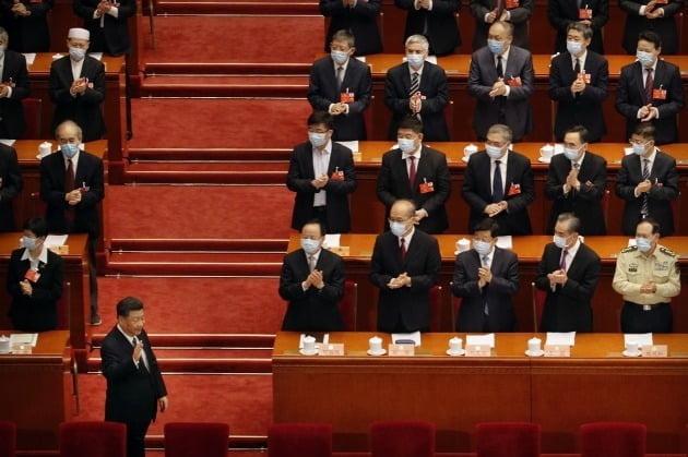 중국 연례 최대 정치 행사인 양회(兩會) 시작을 알리는 인민정치협상회의(정협) 전국위원회 회의가 21일 베이징에서 개막, 시진핑 국가주석(맨 아래 왼쪽)이 회의장인 인민대회당에 도착하고 있다. 2020-05-21 [사진=AP 연합뉴스]