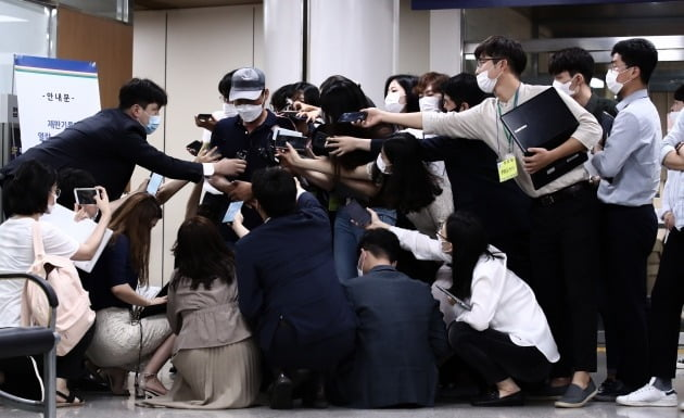 손정우씨의 아버지가 재판을 참관한 뒤 법정을 나오며 취재진의 질문을 받고 있다. 사진=연합뉴스