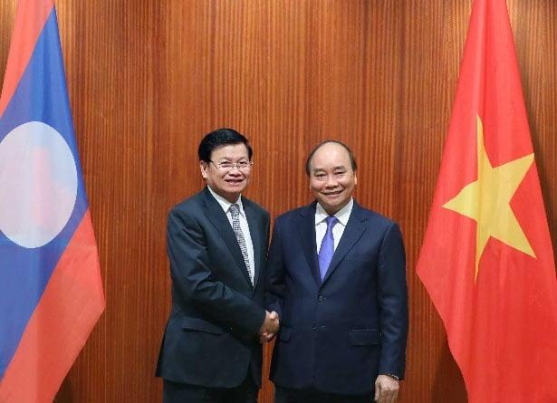 응우옌 쑤언 푹 베트남 총리(우)와 통룬 시술릿 라오스 총리(좌) [사진=VGP뉴스 웹사이트 캡처]