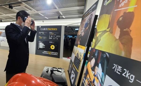 이재용 삼성전자 부회장이 6일 삼성전자 수원사업장에 위치한 'C랩 갤러리'를 찾아 사내 스타트업들의 제품과 기술을 살펴보는 모습/사진제공=삼성전자