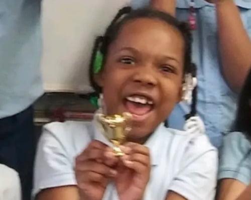 지난 주말 시카고의 할머니 집에서 자전거를 타고 놀다 괴한의 총에 맞아 숨진 7살 흑인 여아 나탈리아 월리스.  /트위터 캡처