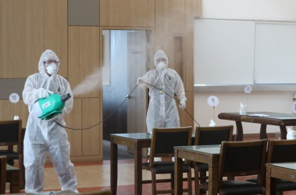 정부대전청사 내 조달청 직원 1명이 코로나19(신종 코로나바이러스 감염증) 확진 판정을 받은 8일 오전 방역 관계자들이 정부청사 내부를 방역하고 있다. /사진=뉴스1