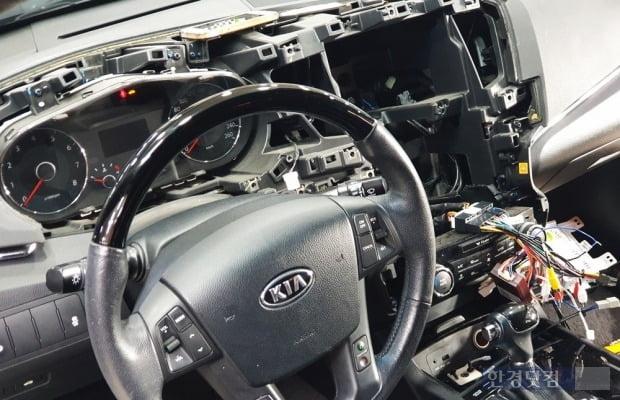 최근 출시되는 신차에 달린 어라운드뷰가 탐났다. 그래서 낡은 차를 뜯었다. 사진=오세성 한경닷컴 기자