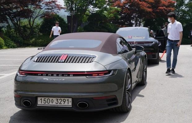 포르쉐 911 카레라 4S 카브리올레의 뒷유리는 버튼을 누르면 접혀 들어가야 하기에 일반 모델에 비해 확연히 작다. 자연히 후방 시야도 좁아진다. 사진=포르쉐 코리아