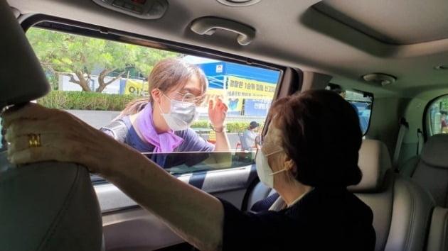 소녀상 지키는 학생과 대화하는 이용수 할머니 [사진=반일반아베청년학생공동행동 페이스북]