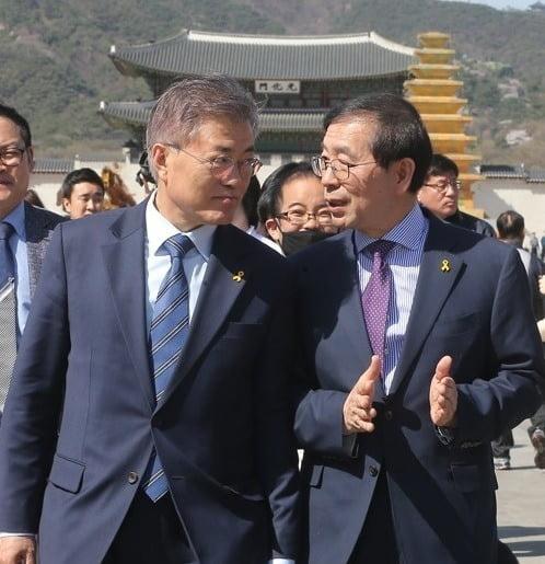 고 박원순 시장(오른쪽)은 2017년 박근혜 전 대통령이 탄핵 당하고 조기 대선이 치러지자 대선 출마를 시사하기도 했다. 이후 대선 과정에서 문재인 대통령(왼쪽)을 공개 지지하며 불출마로 입장을 바꿨다./사진=연합뉴스