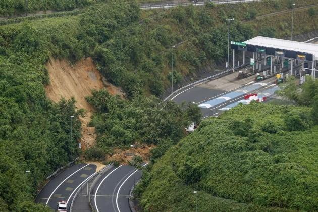 산사태가 톨게이트 입구 도로를 덮쳤다. [사진=AP 연합뉴스]