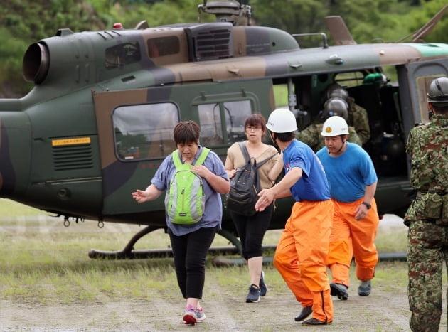 이재민들이 헬기로 구조되는 모습 [사진=EPA 연합뉴스]